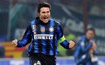 Já a camisa 4 da Internazionale de Milão é aposentada por conta de Javier Zanetti, argentino que atuou no clube italiano entre 1995 a 2014.