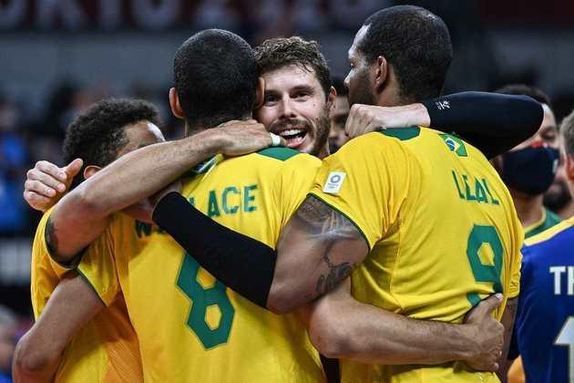 Já classificado, o Brasil venceu a França por 3 sets a 2 (parciais de 25-22, 37-39, 25-17, 21-25, 20-18) em uma partida emocionante.