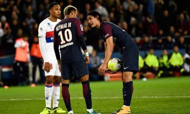 Já com a camisa do Paris Saint-Germain, a treta mais famosa envolvendo o craque aconteceu com um companheiro de time. Na hora de uma cobrança de pênalti, Neymar e Cavani discutiram para saber quem faria a cobrança, que acabou ficando a cargo do uruguaio