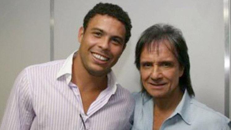 Já depois de ter sido pentacampeão, RONALDO também foi a um dos shows de Roberto Carlos.