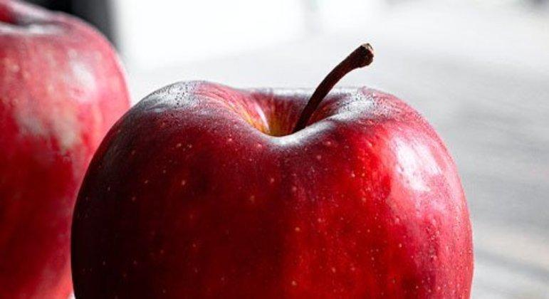 """Já dizia o velho ditado: """"Uma maçã por dia mantém você longe do médico."""" As frutas, em geral, ajudam no bom funcionamento do intestino e na digestão por conter um alto valor em fibras."""