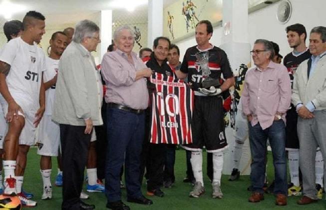 Já jogou com a 10: em 2013, para atuar contra o Botafogo, Rogério vestiu a camisa número 10 em alusão a Pelé, em duelo que ultrapassou o Rei do Futebol (1.117 jogos, à época) e quebrou o recorde mundial de atuações por um mesmo time.