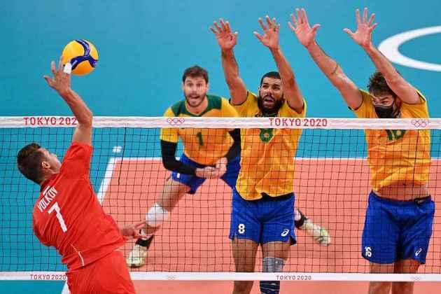 Já na quadra, o Brasil foi derrotado pelo Comitê Olímpico Russo e sofreu a primeira derrota no vôlei masculino. Os russos venceram por 3 sets a 0 com parciais de 22/25, 20/25 e 20/25.