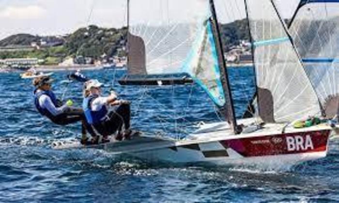 Já na regata, Martine Grael e Kahena Kunze caíram para o quinto lugar na classificação geral da vela 49er FX feminino. A dupla brasileira, que busca o bicampeonato olímpico, se recuperou no segundo dia, mas o desempenho ruim na primeira das três regatas prejudicou.