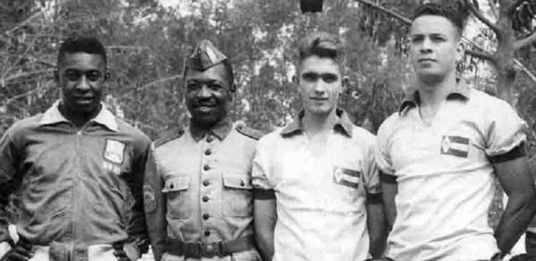 Já reconhecido mundialmente, aos 18 anos, Pelé precisou dividir o tempo que tinha entre o futebol e o serviço militar. Se alistou e serviu o Exército do Brasil por seis meses.