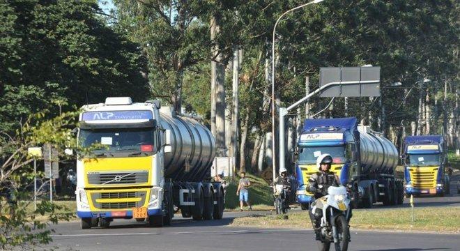 Caminhões-tanque são escoltados para abastecerem postos de combustível