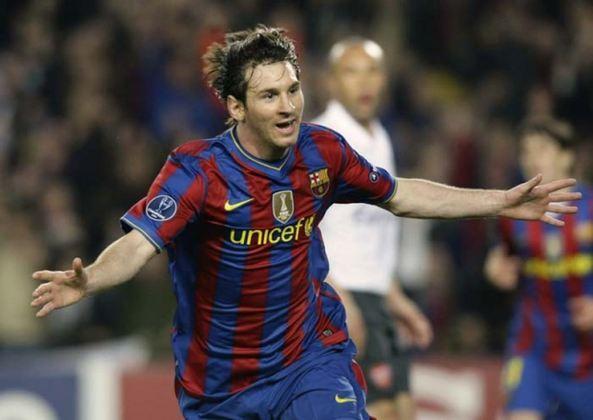 Já somando números impressionantes, na temporada 2009/10, Messi conquistou a La Liga pela terceira vez e foi o artilheiro da competição com 34 gols em 35 partidas, além de 10 assistências no mesmo período.