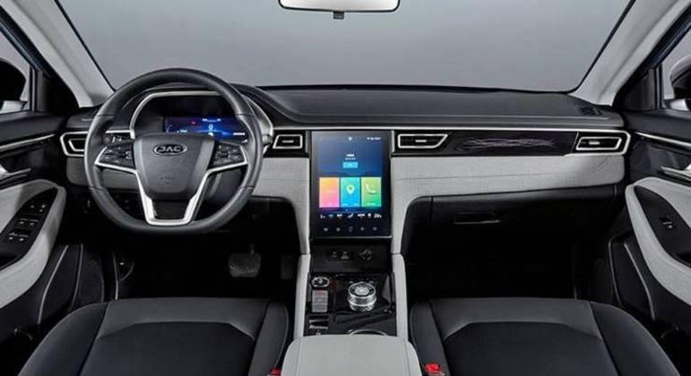 Interior conta com painel digital e, também, com uma central multimídia na vertical, como os modelos da Tesla