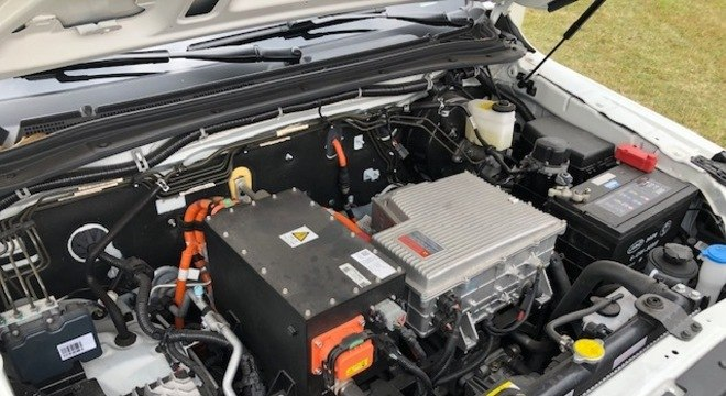 Motor elétrico é posicionado na dianteira abaixo do inversor (direita) e controlador (esquerda)