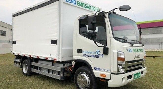 JAC iEV1200T é um caminhão com PB de 7,5 toneladas e 250km de autonomia: entregas urbanas