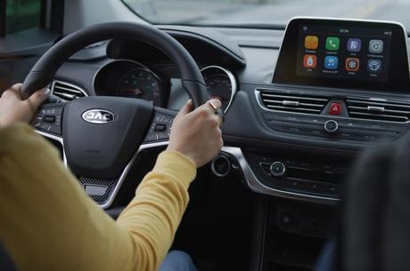 Modelo tem volante multifuncional e painel touchscreen
