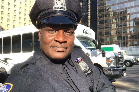Jacaré posou vestido com uniforme da polícia