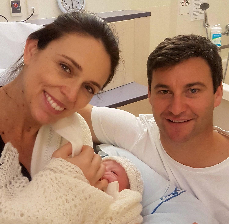Premiê da Nova Zelândia é 2ª mulher no cargo a dar à luz