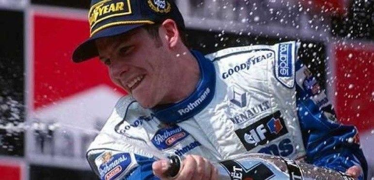Jacques Villeneuve - O ex-automobilista canadense é filho do lendário piloto de Fórmula 1 Gilles Villeneuve e sobrinho de Jacques-Joseph Villeneuve. Foi campeão do principal campeonato da modalidade em 1997