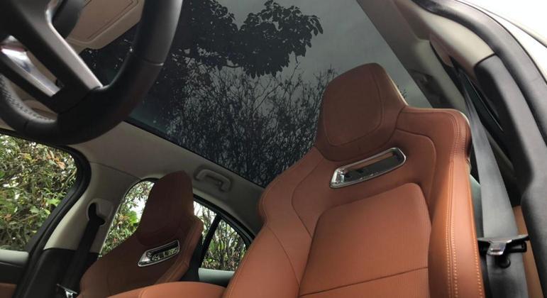 O carro ainda tem controle de Cruzeiro adaptativo, além de controles de tração e estabilidade