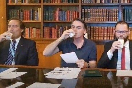 Jair Bolsonaro participa do desafio do leite