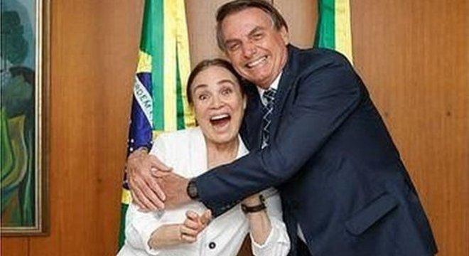 A ausência de Regina Duarte teria se devido à dificuldade de encontrar voos para Brasília e à idade