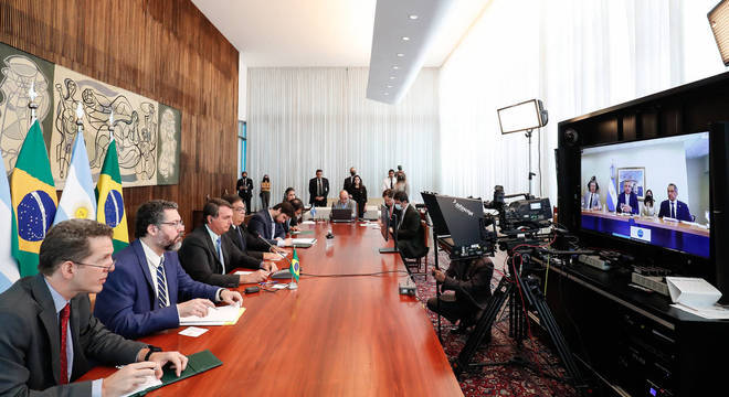 O presidente Jair Bolsonaro conversa por videoconferência com Alberto Fernández, presidente da Argentina