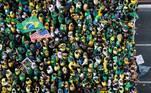 'Tenho apoio de vocês. Enquanto vocês estiverem ao meu lado estarei sendo o porta-voz de vocês. Não existe satisfação maior do que estar no meio de vocês. Podem ter certeza, onde vocês estiverem eu estarei. Cumprimento patriotas que estão em todos os lugares desse Brasil hoje se manifestando por liberdade. O povo acordou', discursou
