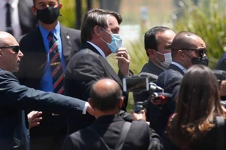 Bolsonaro circula entre seguidores em Brasília
