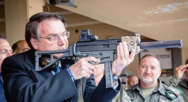 Jair Bolsonaro Em Israel, Bolsonaro postou em rede social foto com arma israelense. Na legenda, defendia o decreto que assinou no início do ano, que aumenta o acesso à posse de armas