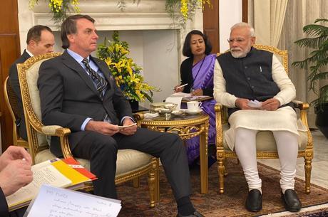 Jair Bolsonaro conversa com o premiê indiano, Narendra Modi