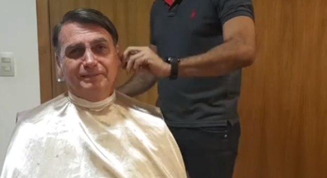 Bolsonaro fez transmissão ao vivo enquanto cortava o cabelo