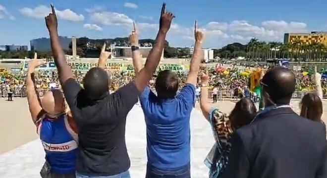 Jair Bolsonaro e apoiadores durante uma manifestação em Brasília, semanas atrás