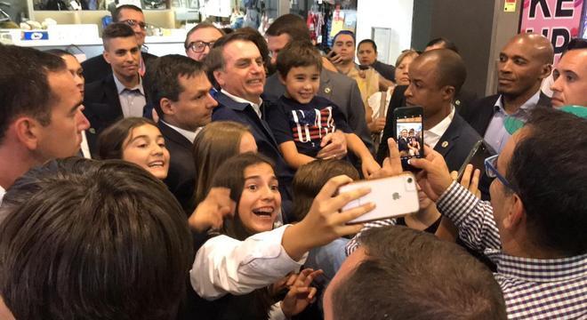 Bolsonaro é tietado em visita a shopping