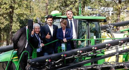 Imagem mostra Bolsonaro e ministros em evento