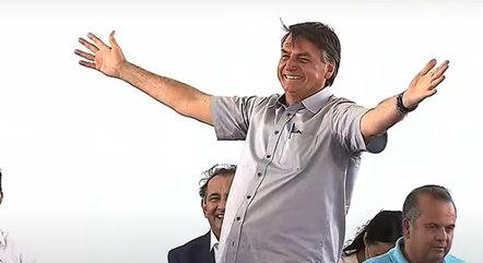 Jair Bolsonaro entrega casas no Ceará