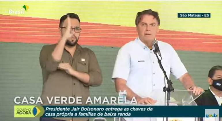 Presidente fala a apoiadores durante entrega de casas populares em São Mateus (ES)