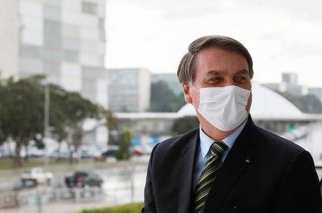 Bolsonaro conversou com apoiadores nesta segunda