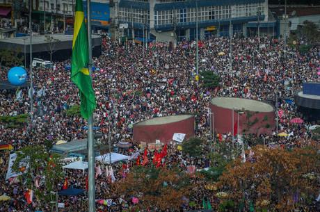Manifestantes se reuniram no Largo da Batata em SP