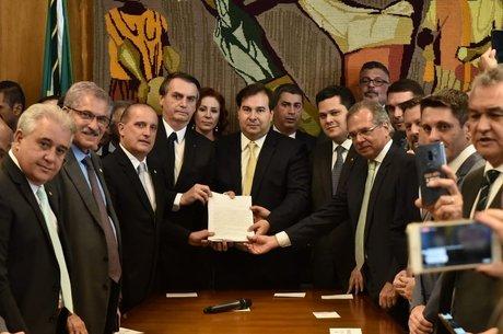 Onyx divulgou uma foto após Bolsonaro entregar o texto