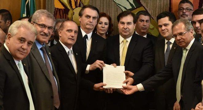 Bolsonaro entregou a proposta pessoalmente para Rodrigo Maia