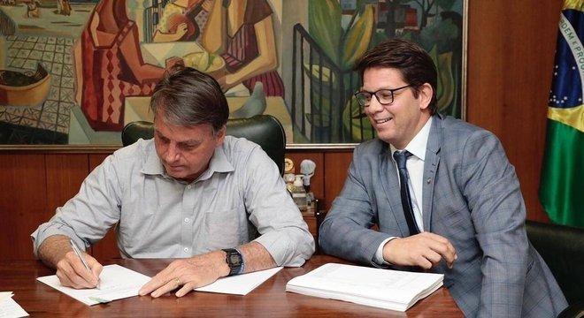 Jair Bolsonaro e o secretário de Cultura Mário Frias na assinatura da lei Aldir Blanc