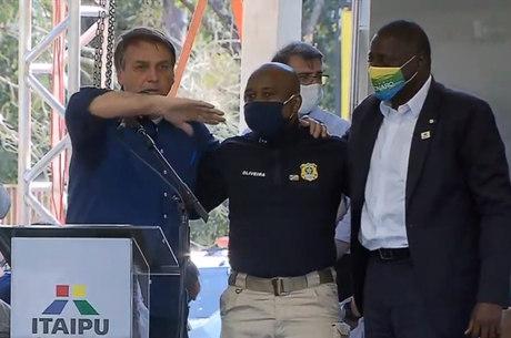 Jair Bolsonaro chama agente da PRF ao palco