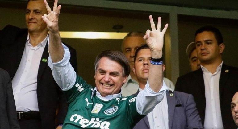 O presidente da República é declarado torcedor de Palmeiras e Botafogo, mas veste a camisa de vários times