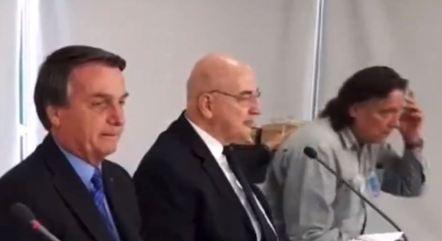 Imagem mostra Jair Bolsonaro em reunião