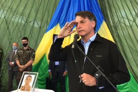 Bolsonaro presta homenagem a paraquedista