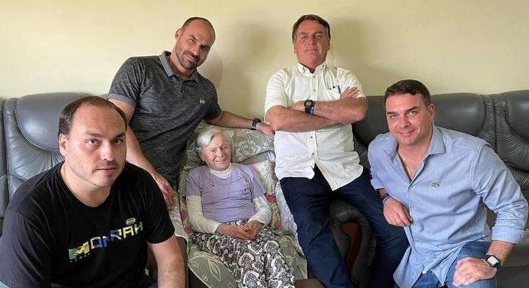 Jair Bolsonaro tira foto ao lado dos filhos e da mãe, dona Olinda