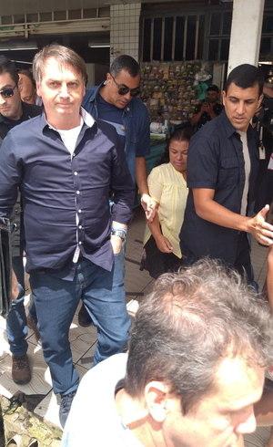Bolsonaro caminha no DF