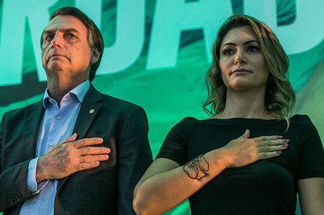 Michelle, mulher de Bolsonaro, resiste em aparecer na campanha