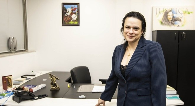 Janaina Paschoal diz que, se pudesse, iria a posse de Regina Duarte