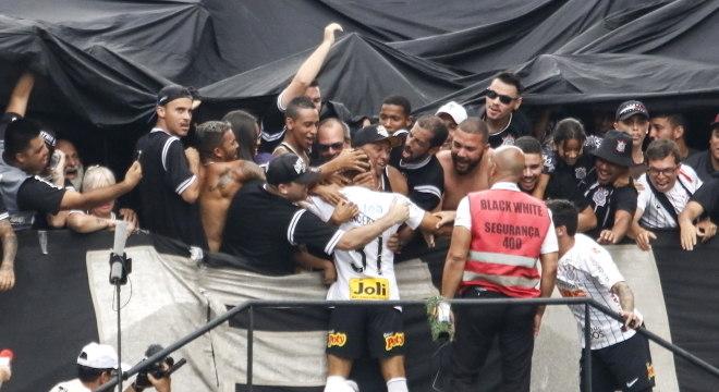 Janderson festeja com torcida gol que custou segundo amarelo e vermelho