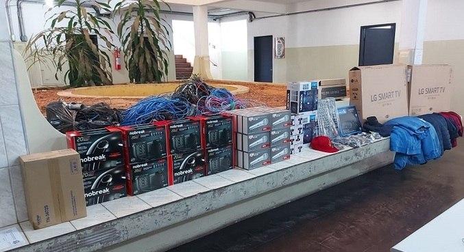 Computadores, televisores, microfones e até a fiação elétrica foram roubados