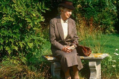 Jane Marple (Joan Hickson) é um símbolo conhecido mundialmente do que é ser inglês, graças à popularidade dos livros de Miss Marple, assim como suas adaptações para televisão e cinema