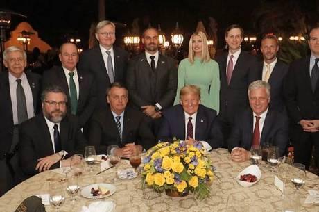 Eduardo Bolsonaro conta como foi jantar com Trump