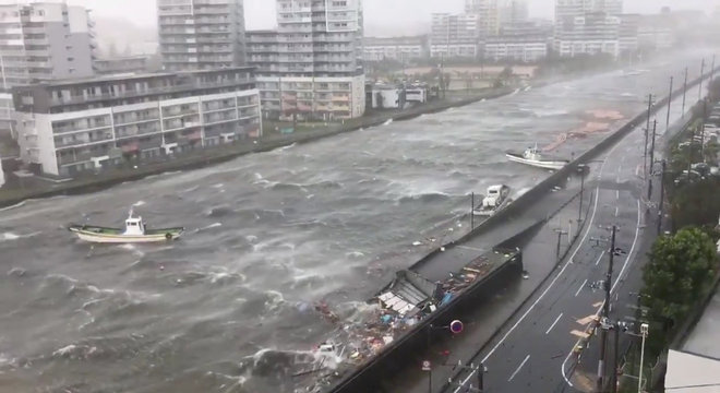 Em Nishinomiya, barcos foram arrastados pelo tufão Jebi